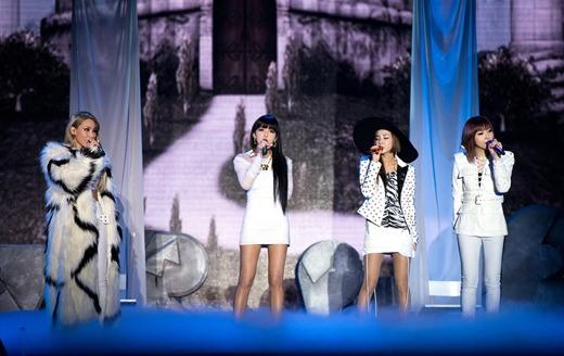 2NE1-홍콩콘서트-8천-관객-열광…곧바로-귀국-후-인기가요行_1